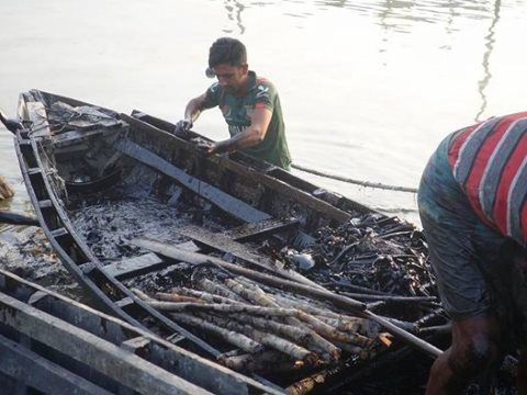Oil is collected by Sundarbans residents on small boats, 12th December 2014. Photo: Kallol Mustafa via Wikimedia Commons.