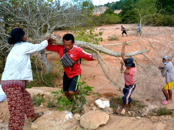 Residents of Prek Smach commune, Kiri Sakor district build a road block out of trees and rocks. Botum Sakor national park, Koh Kon Province, Cambodia. Photo: Rod Harbinson.