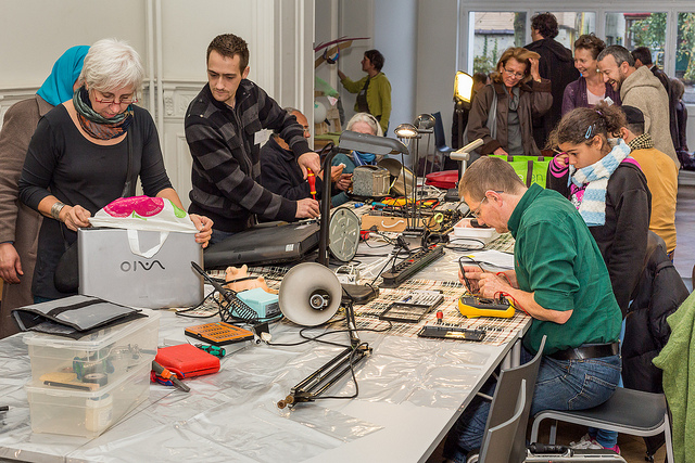 The Repair Café in Ixelles, Belgium ( repaircafebrussels.be/). Photo: #PhilippeCPhoto via Flickr (CC BY-NC-SA).