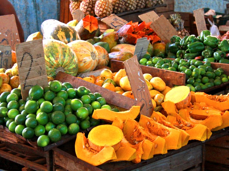 Fruit and vegetable market in the centre of Havana. Photo: Guillaume Baviere (CC BY).