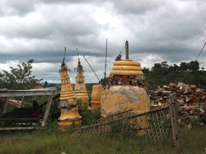 The pagoda near the mine collapsed because of the explosion due to coal excavation. Photo: Carole Oudot / Matthieu Baudey.
