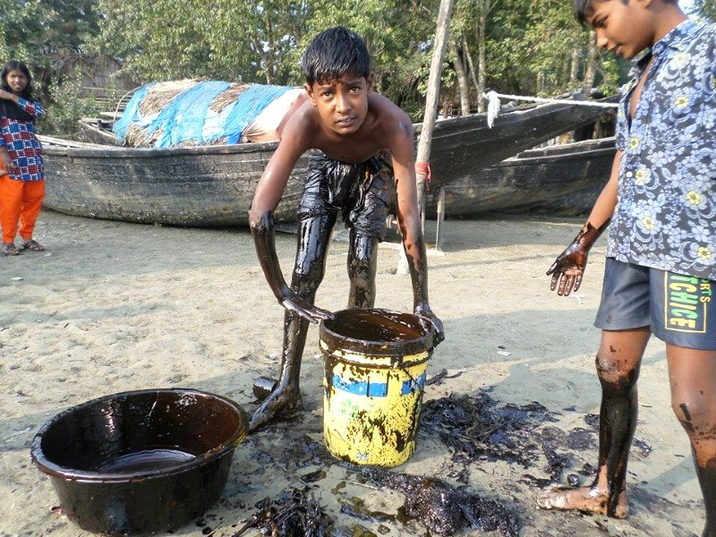 A large cargo ship oil spill in the Sundarbans last December left locals to improvise the clean-up, with governmental assistance sorely lacking. Photo: Kallol Mustafa.