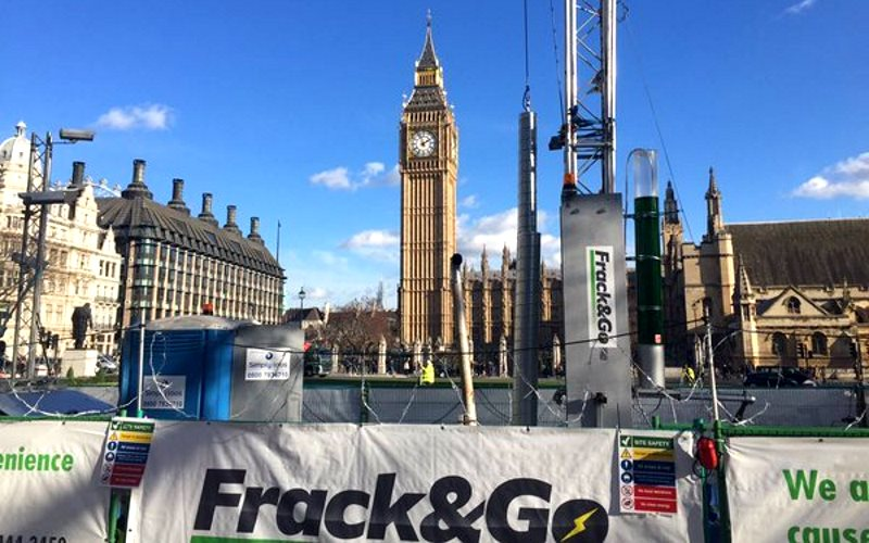 The fracking rig still there outside Parliament this afternoon. Photo: Greenpeace.