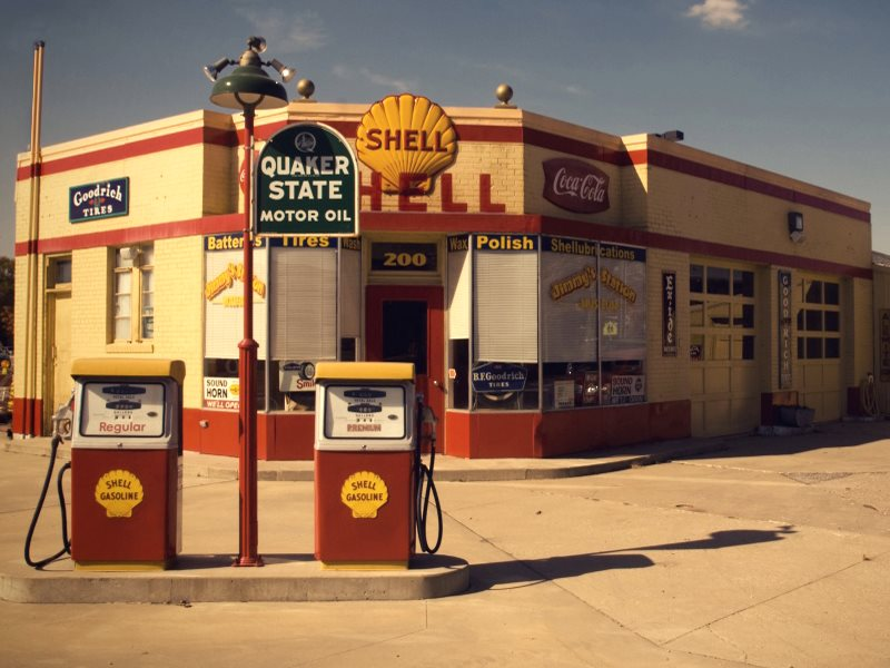Are Shell and other oil companies tuck in the past? Down at the old Shell in Waverly, Iowa. Photo: Pete Zarria cia Flickr (CC BY-NC-SA).