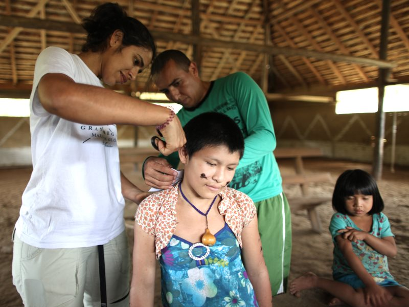 Collecting hair samples from a Yanomami boy in the Aracaça community in the Waikás area of the Yanomami territory, Brazil. Photo: © Marcos Wesley / ISA.