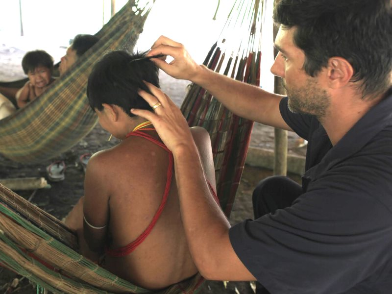 Collecting hair samples from a Yanomami woman to bve tested for lead. Photo: © Marcos Wesley / ISA.