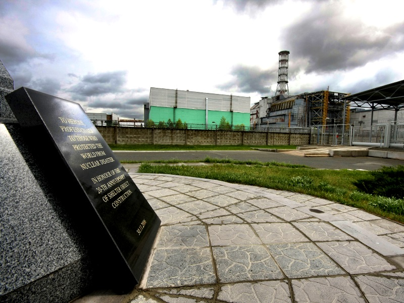 Chernobyl Nuclear Power Plant reactor number 4, the enclosing sarcophagus and the memorial monument. Photo: Matti Paavonen via Wikimedia Commons (CC BY-SA)