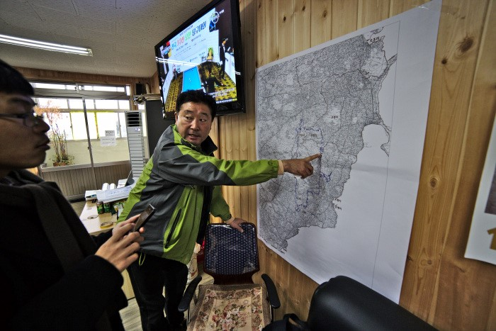 Sinsan's mayor shows researcher a map of the proposed airport. Photo: pagansweare.com.