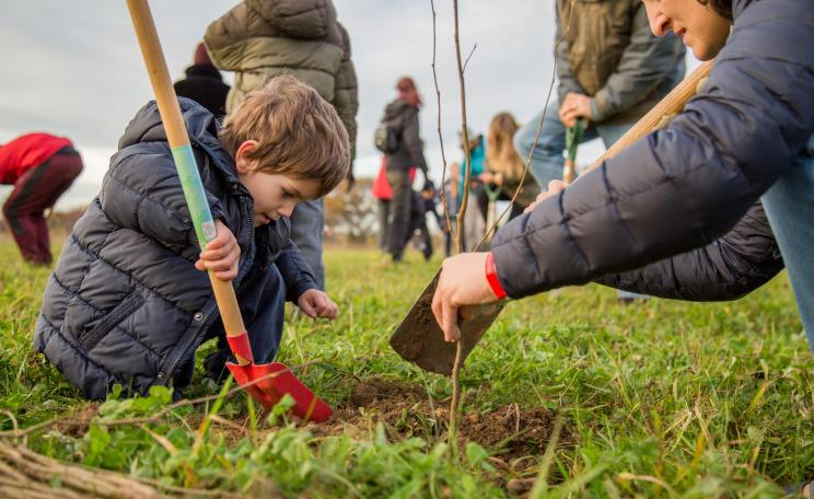 Children digging in Heartwood forest