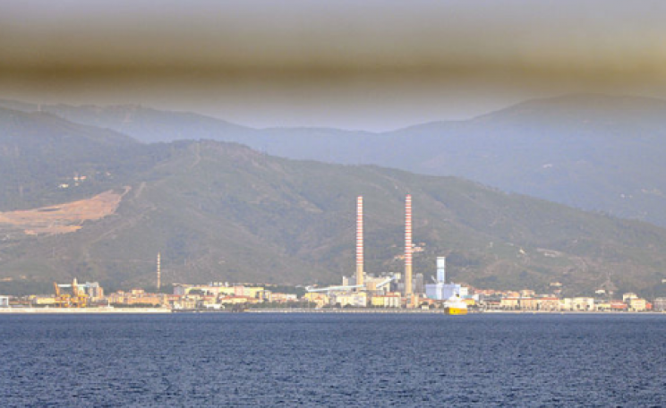 Air pollution at Vado Ligure. Photo: Amada44 / Wikimedia Commons.