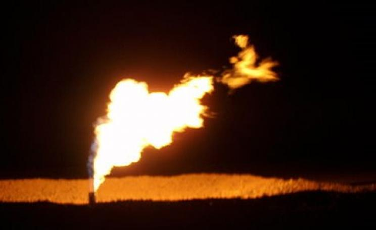 Burning money? North Dakota flaring of gas out of the Bakken Formation. Photo: Joshua Doubek via Wikimedia Commons, CC BY-SA 3.0.