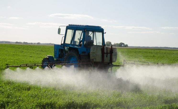 When UK farmers spray their fields with pesticides close to rural homes, residents get no protection, and bizarre court rulings have effectively denied them their legal rights. Photo: Aqua Mechanical via Flickr (CC BY).