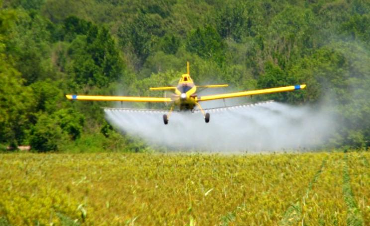 Crop 'dusting' with pesticide a few miles north of Ripley, Mississippi. Photo: Roger Smith via Flickr (CC BY-NC-ND).