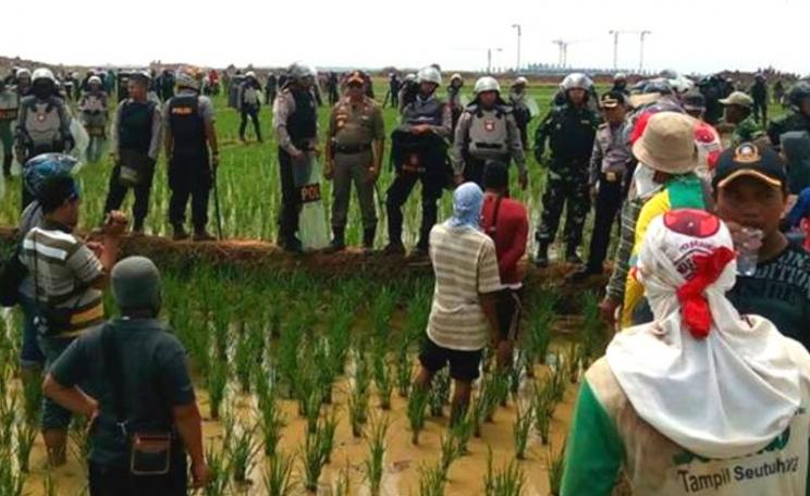 Last November 17, 2,000 police rushed onto farmland to enforce land measurement for Kertajati Airport. Photo: Walhi Jawa Barat.