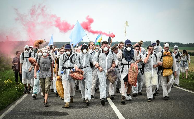 Protesters march on Europe's largest coal mine in a mass act of civil disobedience. (c) Tim Wagner, EndeGelände