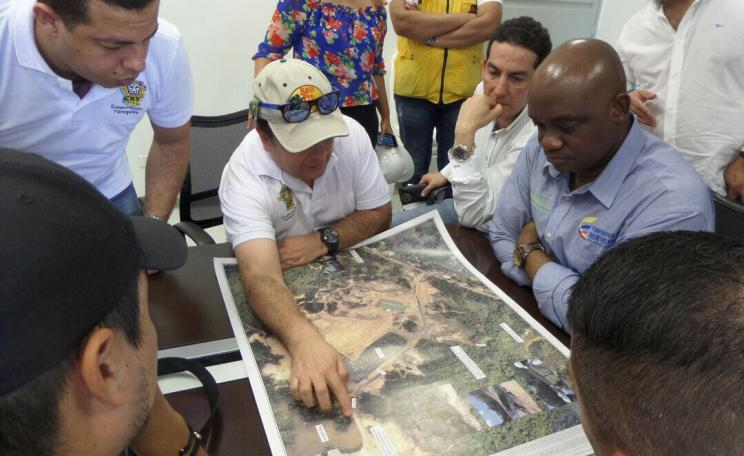 The Colombian environment minister (seated right in blue shirt) being shown a plan of the Yerbabuena site by Yesid Blanco (pointing at the map). The photo was taken by the environmentalist organisation Corporacion Yaregueis two days before the minister left for London.